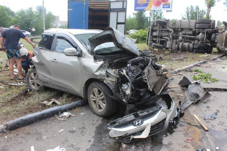 В Балаково неуправляемая автоцистерна снесла 3 автомобиля