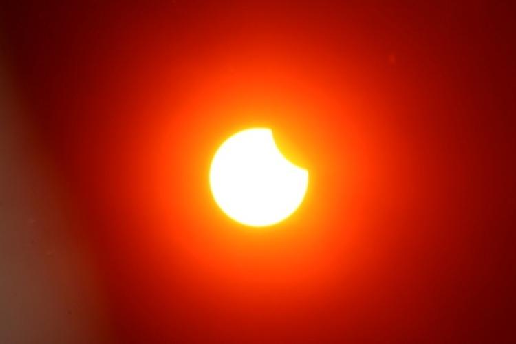 В Балаково наблюдается солнечное затмение. Спешите на улицу!