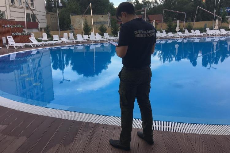 Мальчик в бассейне ушел под воду