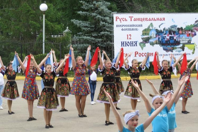 Юные балаковцы сплясали Калинку в День России