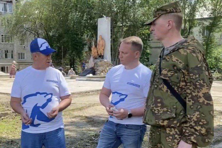 Николай Панков и местные единороссы провели субботник у памятника борцам за советскую власть