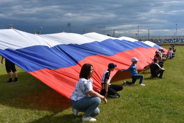 Молодогвардейцы растянули гигантский триколор на стадионе Труд