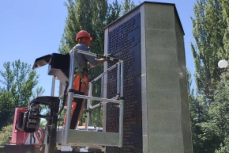 Коммунальщики привели в порядок городской пляж, парки и буквы на Обелиске