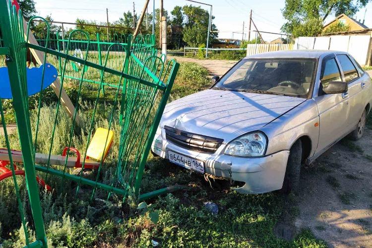 В селе под Балаковом пьяный водитель влетел в детскую площадку. Чудом никто не пострадал.