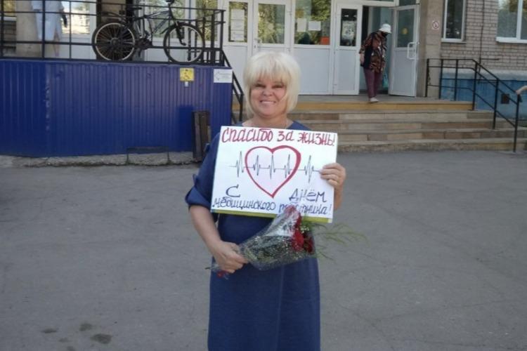 Активистка Надежда Познякова поздравила медиков поликлиники № 1