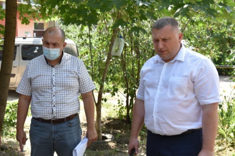 Сергей Грачев осмотрел ракушки в балаковских песочницах