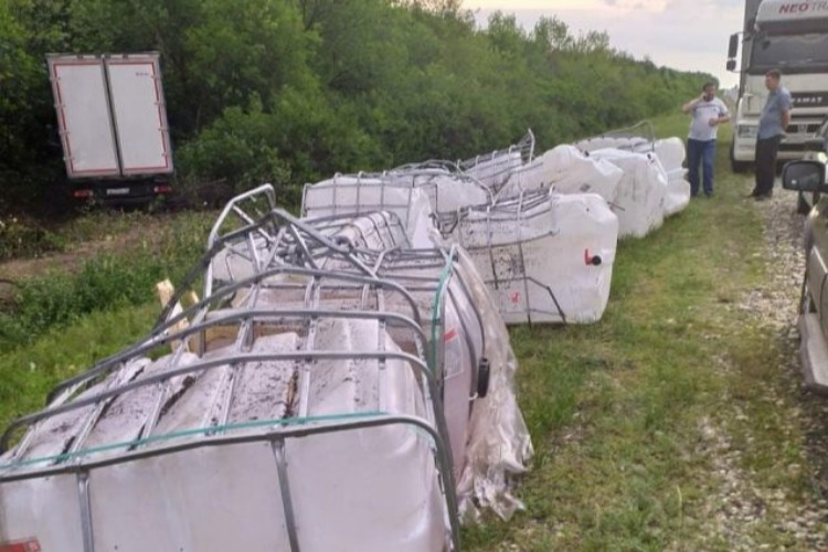 После ДТП 10 тонн моторного масла вылилось на курортные земли Хвалынска