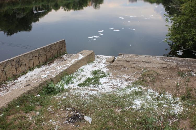 Неизвестные сбросили в оросительный канал пенопластовый мусор