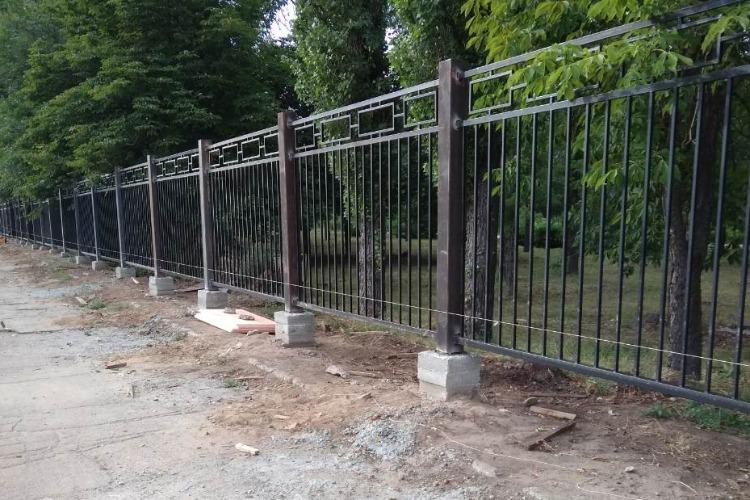 В городском парке устанавливают забор по 8501 рубль за метр