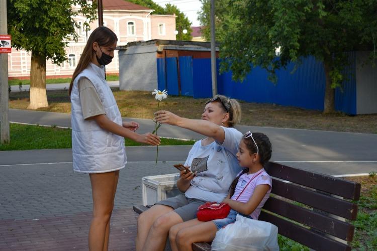 Молодогвардейцы подарили балаковцам ромашки в День семьи, любви и верности