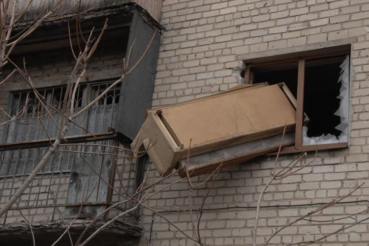 Выбросивший хлам из окна 5 этажа получил от администрации штраф