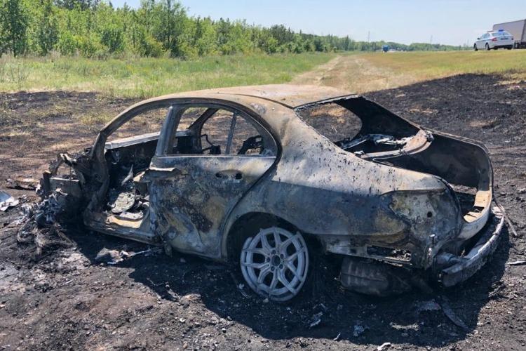 В ДТП на трассе легковой Mercedes протаранил два грузовика и сгорел вместе с водителем