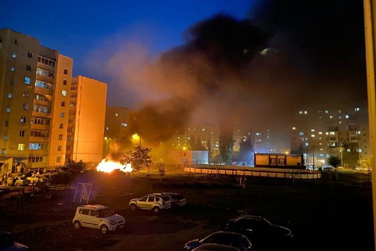 Жители Балаково вручную оттаскивали машины от горящего мусорного контейнера