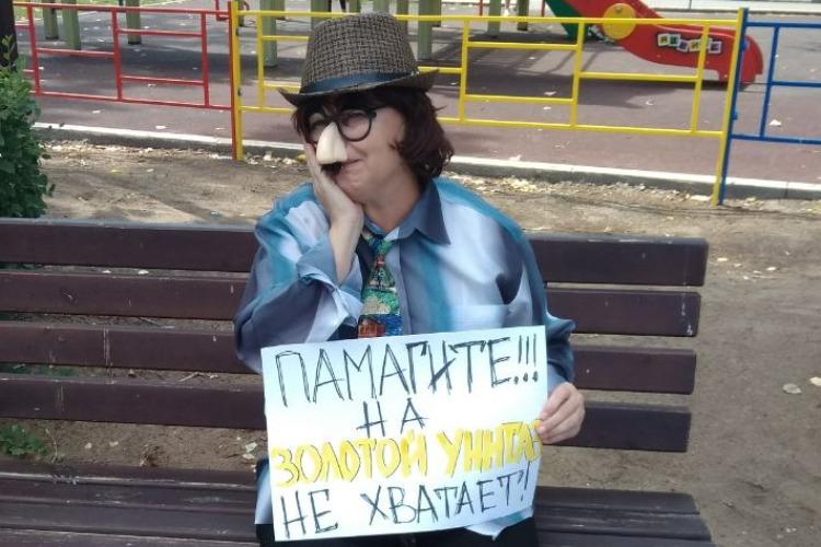 Свой новый перфоманс гражданка Познякова посвятила золотым унитазам начальника ГАИ Ставрополья
