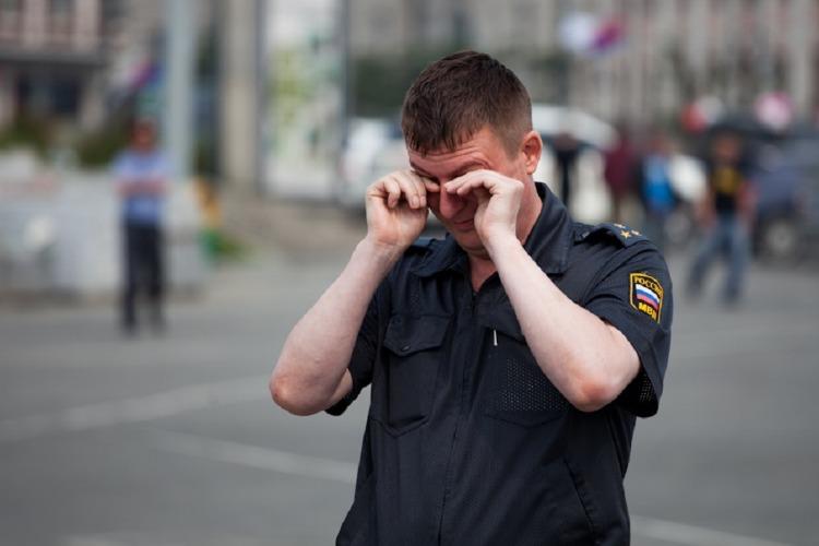 В День Победы пьяный молодой человек избил полицейского