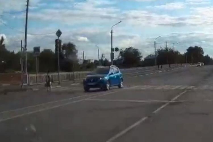 На Мировском мосту кроссовер едва не сбил пешехода