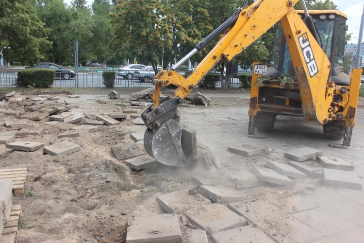 В Балаково реконструируют аллею на улице 30 лет Победы