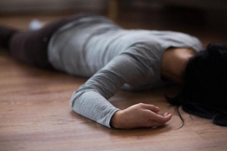 В Балаково мужчина нанес возлюбленной 2 удара ножом и лег спать. Женщина скончалась