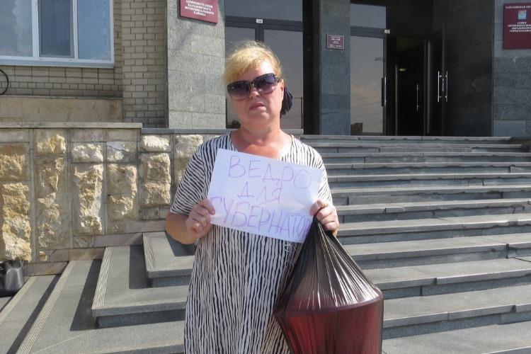 Ведро для губернатора. Надежда Познякова первой принесла ведро на ступеньки к Трнавской, 12