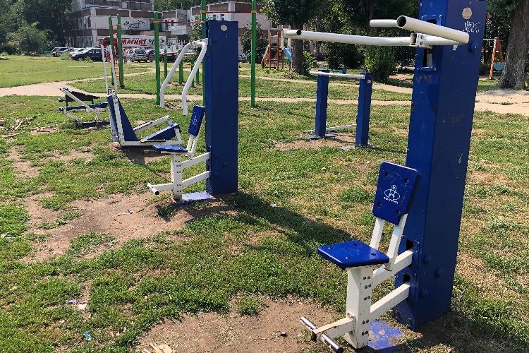 В Балаково жители просят депутата отремонтировать опасные тренажеры во дворе