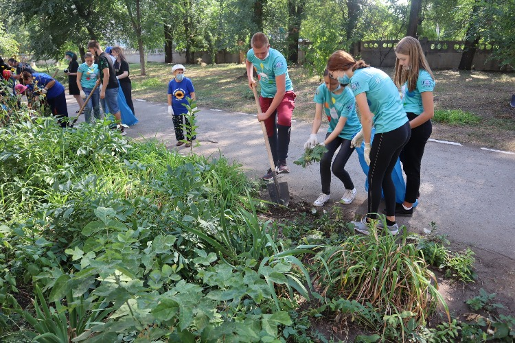 Волонтеры благоустроили территорию Центра соцобслуживания