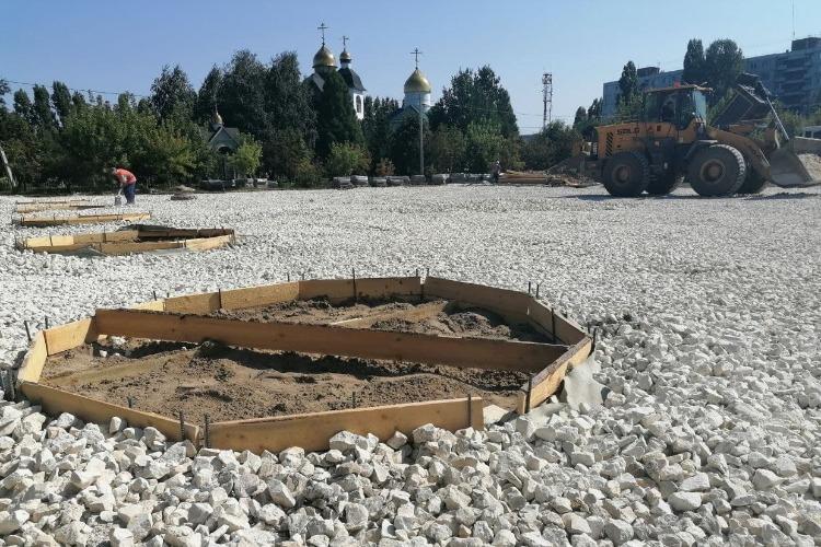 В Центральном парке Балаково приступили к укладке щебня под пешеходные дорожки