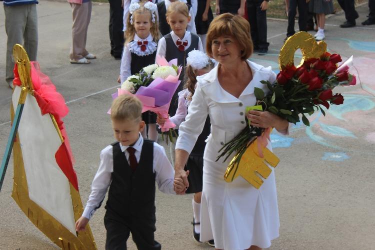 Школы Балакова открыли свои двери. Наш фоторепортаж со Дня знаний