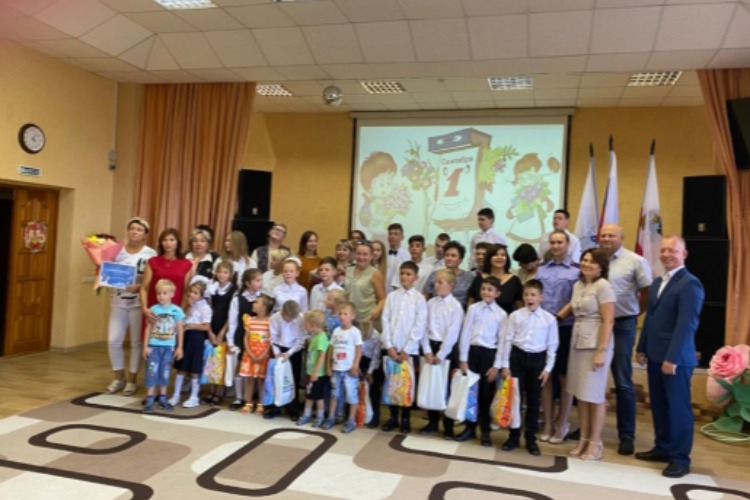 Следователи поздравили с Днем знаний воспитанников детского центра