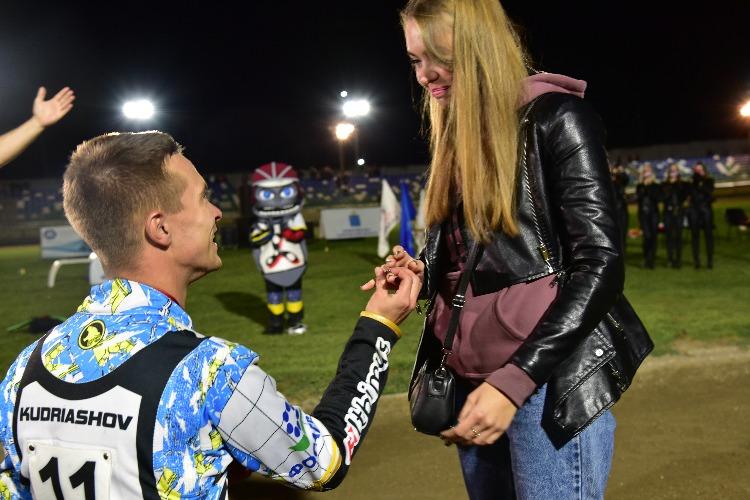 В Балаково гонщик сделал предложение своей девушке на стадионе перед болельщиками