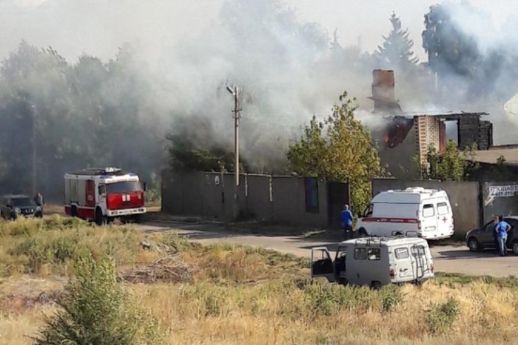 В Балаково сгорел нежилой дом на окраине города