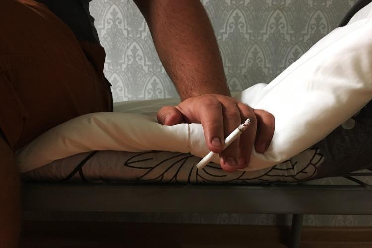 В Балаково мужчина закурил на кровати, спалил матрас и отправился в больницу