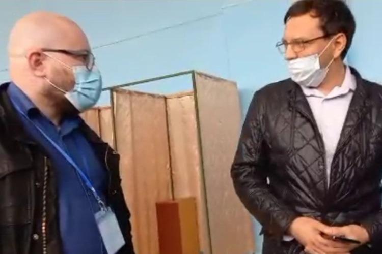 На избирательном участке произошла стычка между Денисом Мамаевым и бывшим руководителем МГЕР Сергеем Поликарповым