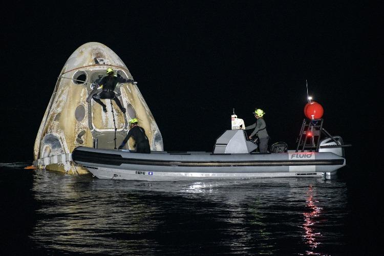 Что случилось этой ночью. Корабль SpaceX с коммерческим экипажем приводнился в Атлантике