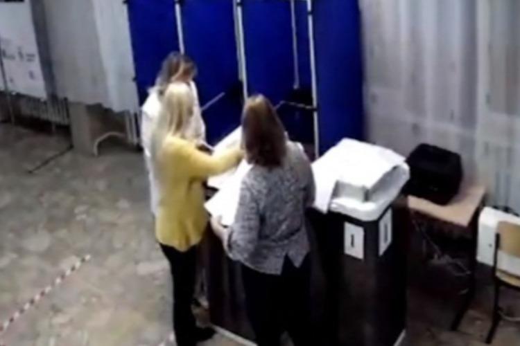 В Балаково после закрытия участка члены комиссии вводили бюллетени в КОИБ