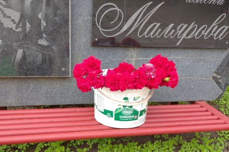 Цветы в майонезном ведре, сорняки и выпивохи. Во что превратился парк Малярова?