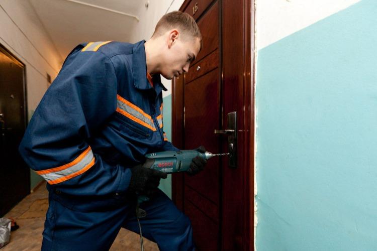 В Балаково после вскрытия двери спасатели обнаружили труп хозяина квартиры