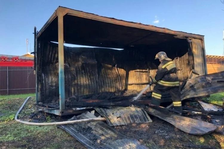 Пожар полностью уничтожил металлический вагончик в Балаково