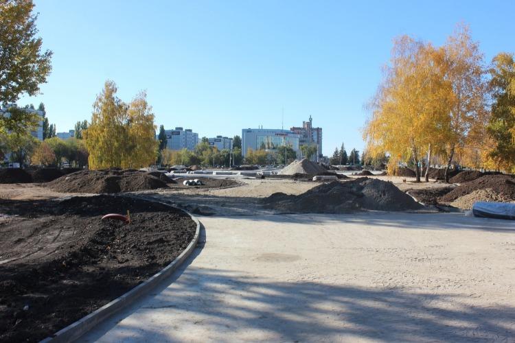 Три трудяги, голый бетон и горы земли. До сдачи Центрального парка, как до Пекина