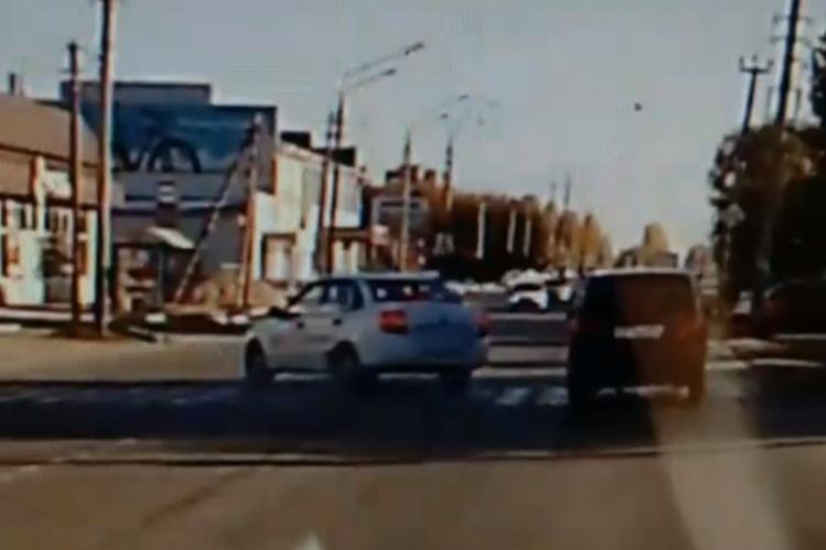 В Балаково учебный Логан сбил девушку на пешеходном переходе. Видео