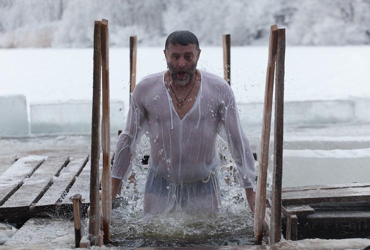 В Балакове прошли массовые Крещенские купания. Видео Sutynews