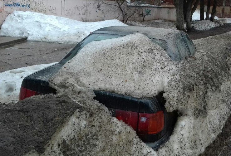 Зачем же мучать старушку-красотку? Верная старая машина провела всю зиму под снегом