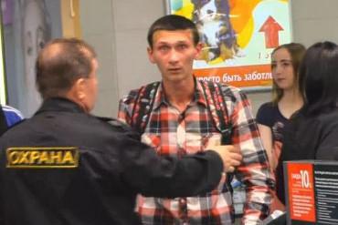 Блогер из Саратова заступился за школьников в торговом центре. Ему «забили стрелку», на которую пришло несколько сотен человек