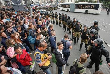 Евросоюз осудил задержания участников акций протеста против пенсионной реформы. В Балакове обошлись без наручников