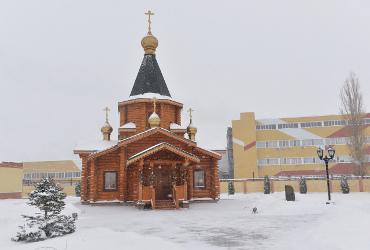 Освященный храм на фоне заводских труб стал символом возрождения православных традиций