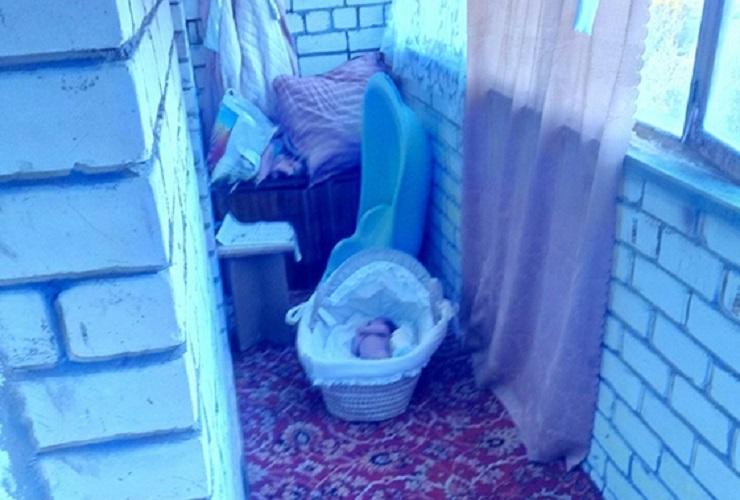 ШОК! Мать оставила раздетого грудного ребенка на балконе в мороз