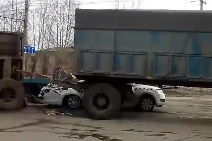 Грузовик с прицепом перевернулся в ДТП на окраине Балакова