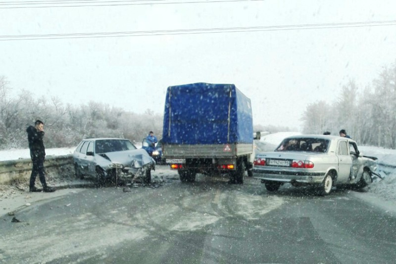 На трассе Волга протаранила ВАЗ, а в Балакове ВАЗ врезался в фуру