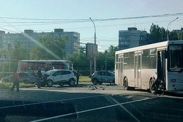 Водитель Renault протаранил автобус. Две девушки - в больнице. Видео