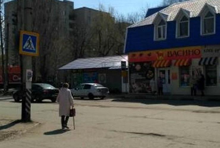 На зебре у поликлиники не пропускают пешеходов