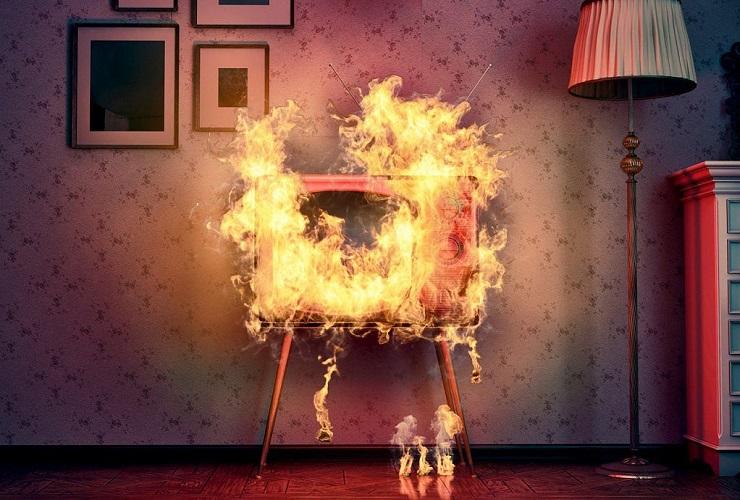 Балаковцы сами потушили загоревшийся телевизор